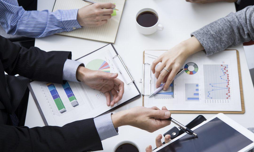 資料が散乱する会議中のデスク